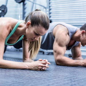 shutterstock_298755041 couple planking in gym